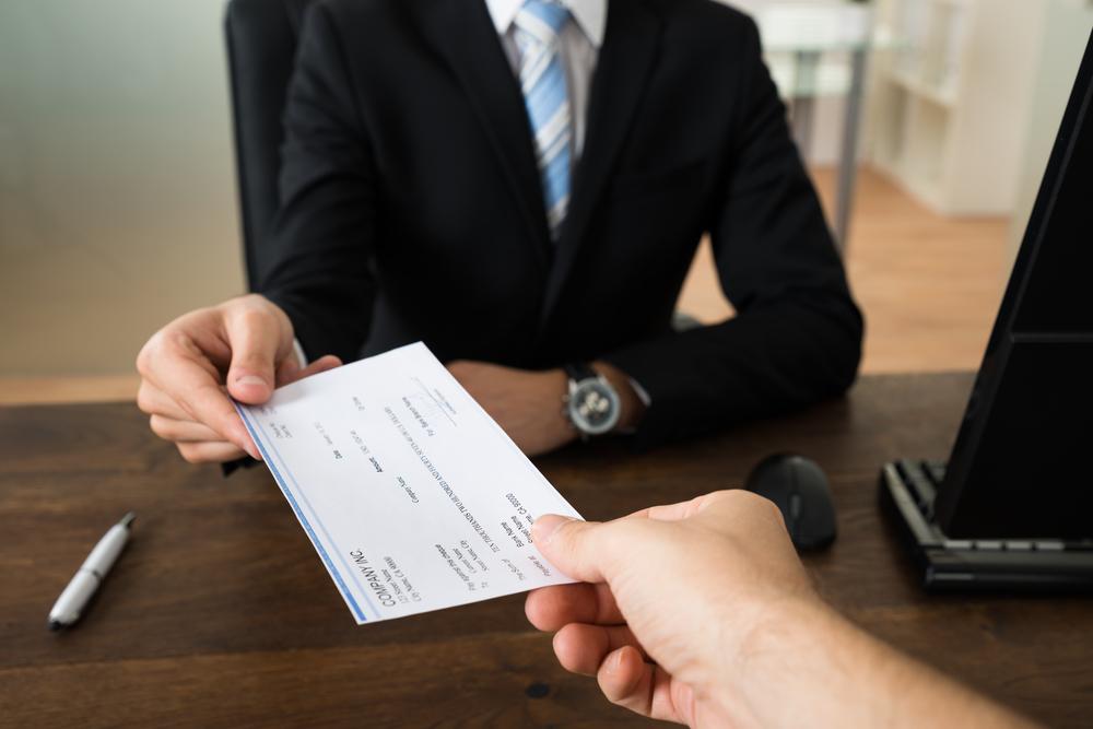 Té dret a percebre el bonus el / la treballador / a que ha cessat voluntàriament de l'empresa abans de finalitzar l'any en què es merita el bonus?
